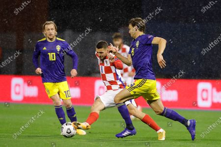 Croatia's Mateo Kovacic (L) and Sweden's Albin Ekdal (R) in action during the UEFA Nations League group A3 soccer match between Croatia and Sweden in Split, Croatia, 11 October 2020.