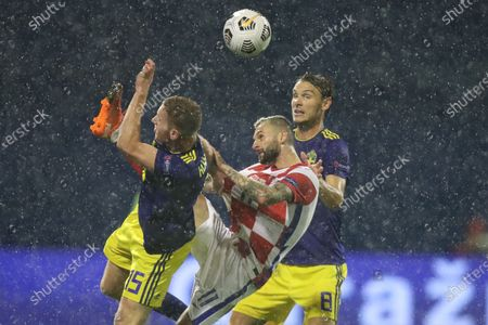 Marcelo Brozovic (C) of Croatia vies with Dejan Kulusevski (L) and Albin Ekdal of Sweden during their UEFA Nations League Group 3 match in League A in Zagreb, Croatia, Oct. 11, 2020. Croatia won 2-1.