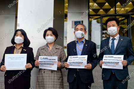 """(from left) Members parliament of the Democratic Party, Yoon Mi-hyang, Lee Soo-jin, Yoon Joon-byeong, and Lee Kyu-min hold a press conference in front of the German Embassy before delivering a letter from Korean lawmakers who want to protect the """"Statue of Peace"""" in the German capital, Mitte, Berlin"""