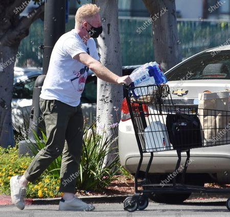 Jesse Tyler Ferguson goes grocery shopping