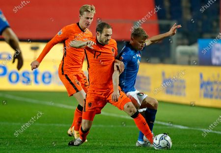 Italy's Nicolo Barella, right, is challenged by Netherlands' Daley Blind during the UEFA Nations League soccer match between Italy and the Netherlands at Azzurri d'Italia stadium in Bergamo, Italy
