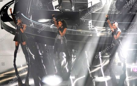 """Rhona Bennett, from left, Terry Ellis and Cindy Herron, from En Vogue, perform """"Free Your Mind"""" at the Billboard Music Awards, at the Dolby Theatre in Los Angeles"""