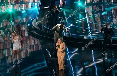 """Kelly Clarkson, center, and members of Pentatonix perform """"Higher Love"""" at the Billboard Music Awards, at the Dolby Theatre in Los Angeles"""