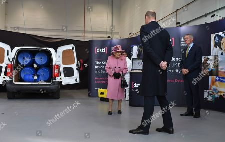Queen Elizabeth II (L), Prince William (C) and Dstl Chief Executive Gary Aitkenhead (R) view a demonstration of a Forensic Explosives Investigation with a model explosive device in a vehicle at the Energetics Analysis Centre as they visit the Defence Science and Technology Laboratory (Dstl) at Porton Down science park near Salisbury, southern England, on October 15, 2020.