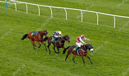 SIR JACK YEATS (James Bowen) beats HEPIJEU (centre) in The Download The At The Races App Handicap Chase Fakenham