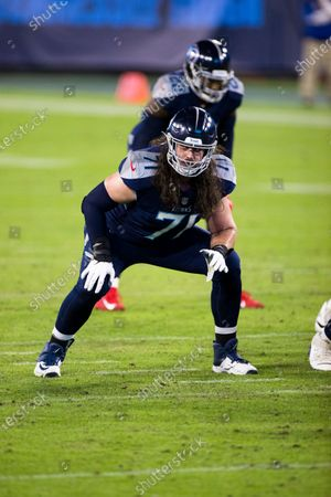 Tennessee Titans offensive tackle Dennis Kelly (71) readies in position against the Buffalo Bills during the first half of an NFL football game, in Nashville, Tenn