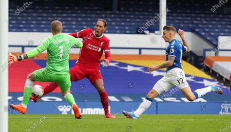 Jordan Pickford of Everton (L) challenges  Virgil van Dijk of Liverpool (C) during the English Premier League match between Everton and Liverpool in Liverpool, Britain, 17 October 2020.