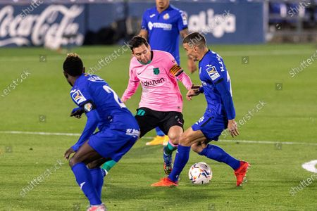 FC Barcelona's Lionel Messi (C) in action against Getafe's Mauro Arambarri (R) during the Spanish La Liga soccer match between Getafe CF and FC Barcelona at Antonio Perez Coliseum in Getafe, near Madrid, Spain, 17 October 2020.