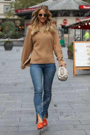 Imagen editorial de Vogue Williams out and about, London, UK - 18 Oct 2020