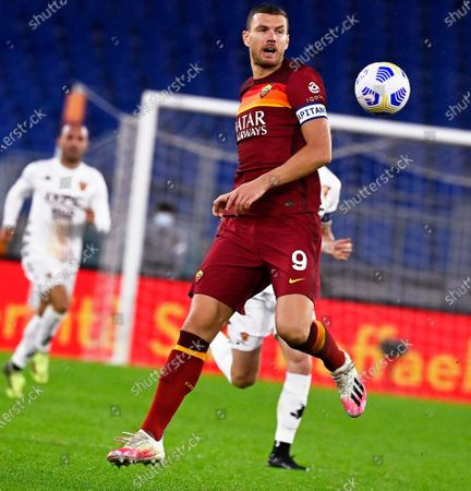 Roma's Edin Dzeko in action during the Italian Serie A soccer match between AS Roma and Benevento Calcio at the Olimpico stadium in Rome, Italy, 18 October 2020.