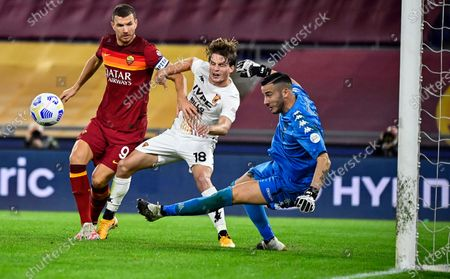 Roma's Edin Dzeko (L) in action against Benevento's goalkeeper Lorenzo Montipo (R) during the Italian Serie A soccer match between AS Roma and Benevento Calcio at the Olimpico stadium in Rome, Italy, 18 October 2020.
