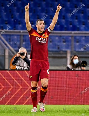 Roma's Edin Dzeko celebrates after scoring the 2-1 lead during the Italian Serie A soccer match between AS Roma and Benevento Calcio at the Olimpico stadium in Rome, Italy, 18 October 2020.