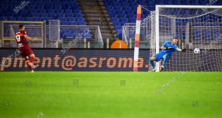 Roma's Edin Dzeko (L) scores the 2-1 lead against Benevento's goalkeeper Lorenzo Montipo (R) during the Italian Serie A soccer match between AS Roma and Benevento Calcio at the Olimpico stadium in Rome, Italy, 18 October 2020.