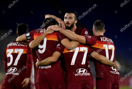 Roma's Edin Dzeko (2nd L) celebrates his goal with teammates during the 4th round Italian Serie A football match between Roma and Benevento in Rome, Italy, Oct. 18, 2020.