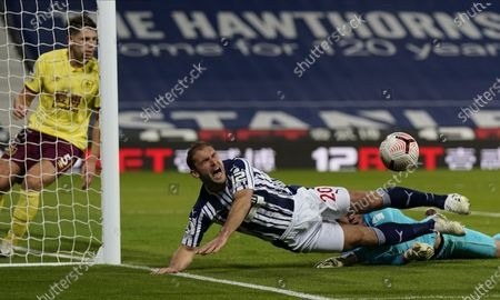 Branislav Ivanovic (C) of West Bromwich in action against Burnley's goalkeeper Nick Pope (R) during the English Premier League soccer match between West Bromwich Albion and Burnley FC in West Bromwich, Britain, 19 October 2020.