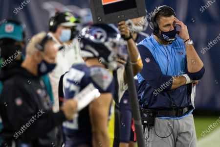 """Tennessee Titans head coach Mike Vrabel, right, reacts during the second quarter of an NFL football game against the Buffalo Bills, in Nashville, Tenn. The NFL and the NFL Players Association found instances when the Titans failed to wear masks at all times and were """"insufficiently clear"""" to players about not meeting or working out once the facility closed in a review given to the team, a person familiar with the investigation told The Associated Press. But the person familiar with the review says there was no discussion of any discipline for an individual including general manager Jon Robinson, coach Mike Vrabel or any players, and there was no discussion of punishment, including forfeitures or draft picksstockfényképe"""