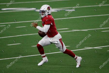 Arizona Cardinals quarterback Kyler Murray (1) runs the ball against the Dallas Cowboys in the second half of an NFL football game in Arlington, Texas