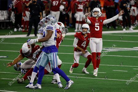 Arizona Cardinals' Andy Lee (4) and Zane Gonzalez (5) look on as Gonzalez' field goal attempt goes through the uprights for a score in the second half of an NFL football game in Arlington, Texas