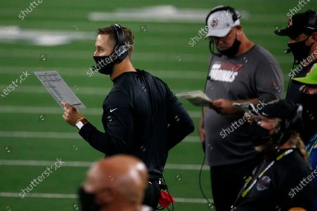 Stockfoto van Arizona Cardinals head coach Kliff Kingsbury watches play against the Dallas Cowboys in the second half of an NFL football game in Arlington, Texas