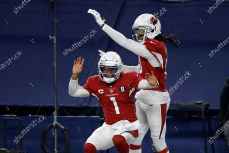 Stockafbeelding van Arizona Cardinals' Kyler Murray (1) and DeAndre Hopkins, right, celebrate a touchdown scored on a carry by Murray in the second half of an NFL football game against the Dallas Cowboys in Arlington, Texas