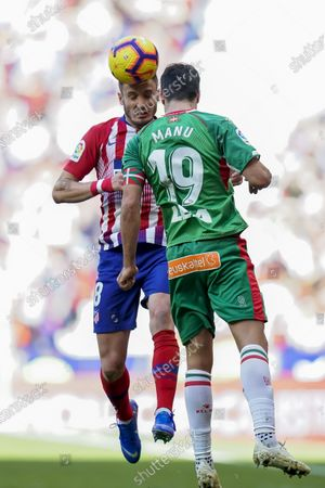 Saul Niguez of Atletico de Madrid (L) fights for the ball with Manuel Alejandro Garcia Sanchez of Deportivo Alaves during the La Liga 2018-19 match between Atletico de Madrid and Deportivo Alaves at Wanda Metropolitano on December 08 2018 in Madrid, Spain. Photo by Diego Souto / Power Sport Images