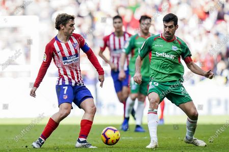 Antoine Griezmann of Atletico de Madrid (L) battles for the ball with Manuel Alejandro Garcia Sanchez of Deportivo Alaves during the La Liga 2018-19 match between Atletico de Madrid and Deportivo Alaves at Wanda Metropolitano on December 08 2018 in Madrid, Spain. Photo by Diego Souto / Power Sport Images