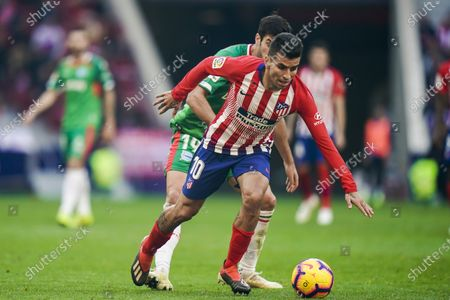 Angel Correa of Atletico de Madrid (R) battles for the ball with Manuel Alejandro Garcia Sanchez of Deportivo Alaves during the La Liga 2018-19 match between Atletico de Madrid and Deportivo Alaves at Wanda Metropolitano on December 08 2018 in Madrid, Spain. Photo by Diego Souto / Power Sport Images