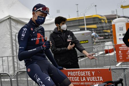 Ineos's Chris Froome, center, wearing face mask as protection against COVID-19, waves to fans before starting the first stage of La Vuelta between Irun - Arrate.Eibar, 173 km, of the Spanish Vuelta cycling race that finishes in Arrate, northern Spain