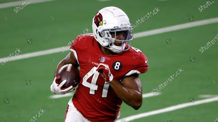 Stockafbeelding van Arizona Cardinals running back Kenyan Drake (41) runs the ball against the Dallas Cowboys in the second half of an NFL football game in Arlington, Texas