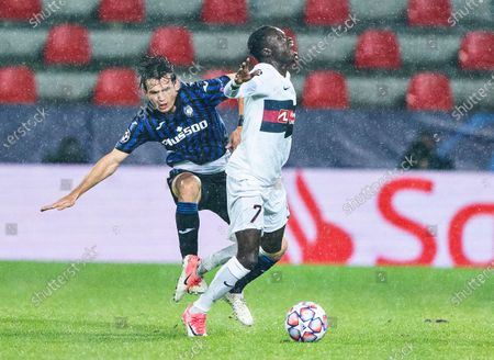 FC Midtjyllands Pione Sisto fights for the ball against Atalanta's Marten De Roon (L) during the UEFA Champions League group D soccer match FC Midtjylland vs Atalanta BC at MCH Arena in Herning, Denmark, 21 October 2020.