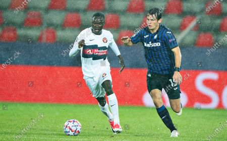 FC Midtjyllands Pione Sisto fights for the ball against Atalanta's Marten De Roon (R) during the UEFA Champions League group D soccer match FC Midtjylland vs Atalanta BC at MCH Arena in Herning, Denmark, 21 October 2020.