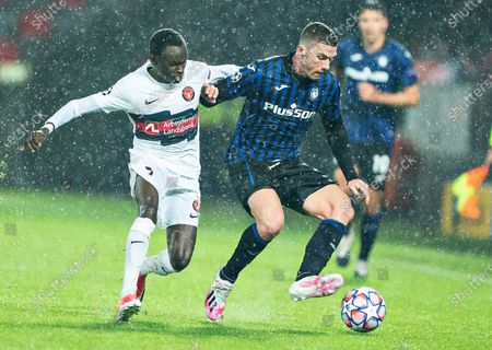 FC Midtjyllands Pione Sisto (L) against Atalanta's Robin Gosens during the UEFA Champions League group D soccer match FC Midtjylland vs Atalanta BC at MCH Arena in Herning, Denmark, 21 October 2020.