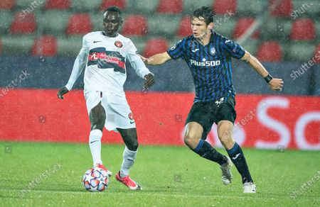 FC Midtjyllands Pione Sisto (L) against Atalanta's Marten De Roon during the UEFA Champions League group D soccer match FC Midtjylland vs Atalanta BC at MCH Arena in Herning, Denmark, 21 October 2020.