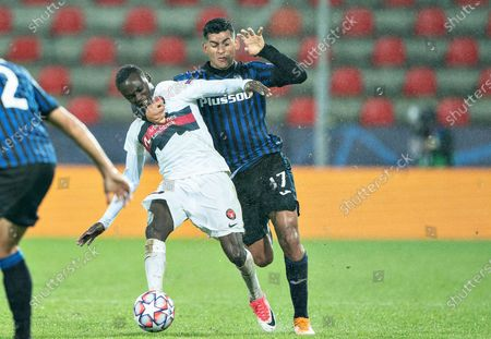 FC Midtjyllands Pione Sisto (L) is stopped by Atalanta's Christian Romero during the UEFA Champions League group D soccer match FC Midtjylland vs Atalanta BC at MCH Arena in Herning, Denmark, 21 October 2020.