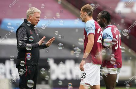 West Ham manager David Moyes speaks with Michail Antonio and Tomás Soucek