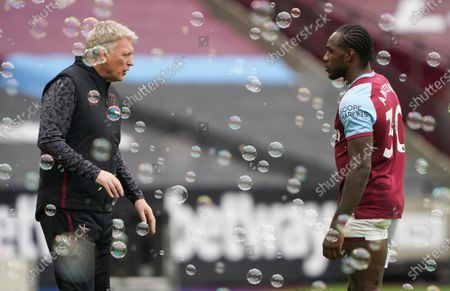 West Ham manager David Moyes speaks with Michail Antonio