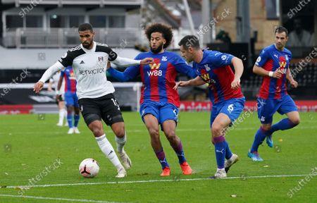 Ruben Loftus-Cheek of Fulham holds off Jaïro Riedewald and Scott Dann of Crystal Palace