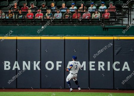 Arlington, Texas, Wednesday, October 21, 2020 Los Angeles Dodgers second baseman Chris Taylor (3) watches the ball bounce off the top of the fence for a fifth inning homer by Tampa Bay Rays second baseman Brandon Lowe (8) in game two of the World Series at Globe Life Field. (Robert Gauthier/ Los Angeles Times)