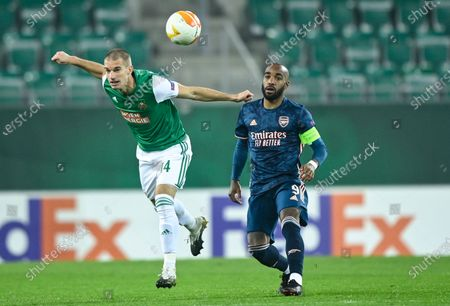 Srdjan Grahovac (L) of Rapid Vienna and Alexandre Lacazette (R) of Arsenal in action during the UEFA Europa League group B soccer match between SK Rapid Vienna and Arsenal FC in Vienna, Austria, 22 October 2020.
