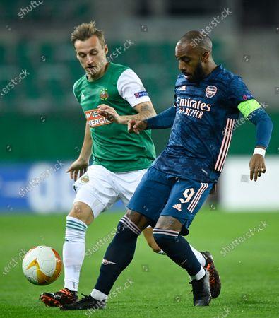 Maximilian Ullmann (L) of Rapid Vienna and Alexandre Lacazette (R) of Arsenal in action during the UEFA Europa League group B soccer match between SK Rapid Vienna and Arsenal FC in Vienna, Austria, 22 October 2020.
