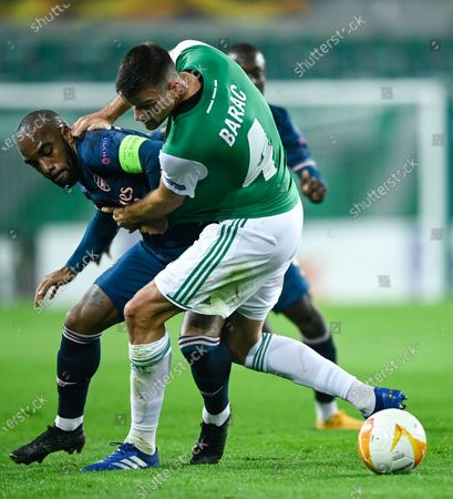 Alexandre Lacazette (L) of Arsenal and Mateo Barac (R) of Rapid Vienna in action during the UEFA Europa League group B soccer match between SK Rapid Vienna and Arsenal FC in Vienna, Austria, 22 October 2020.