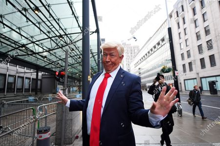 Stockbild von A Donald Trump impersonator outside the Department for Business, Energy and Industry, 1 Victoria Street, where ongoing Brexit negotiations are taking place.