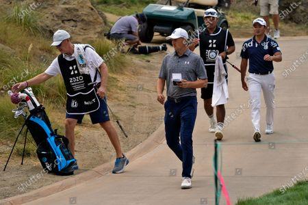 Stockfoto von Shawn Spieth, left, caddies for his son Jordan Spieth, center, during the first round of the Zozo Championship golf tournament, in Thousand Oaks, Calif
