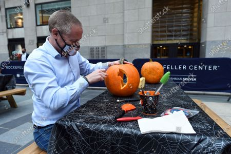 Stock snímek na téma Guests participate in Maniac Pumpkin Carvers to help New Yorkers create exquisite Jack-O-Lanterns at socially distant carving class at Rockefeller Center.