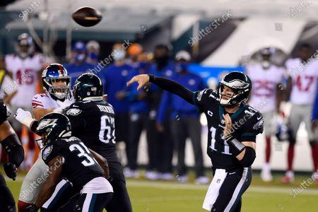 Philadelphia Eagles' Carson Wentz passes during the first half of an NFL football game against the New York Giants, in Philadelphia