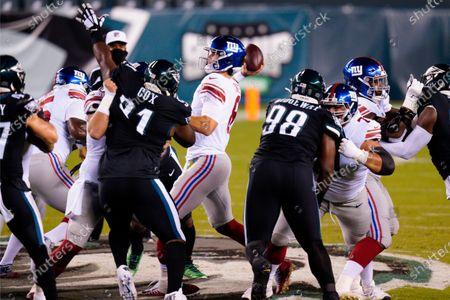 Stockbild von New York Giants' Daniel Jones passes for a touchdown during the first half of an NFL football game against the Philadelphia Eagles, in Philadelphia