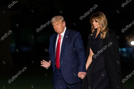 United States President Donald J. Trump and First lady Melania Trump hold hands as they arrive at the White House, in Washington, DC as they return from Nashville, Tennessee where he participated in a debate with the Democratic presidential candidate, former US Vice President Joe Biden. 的库存照片