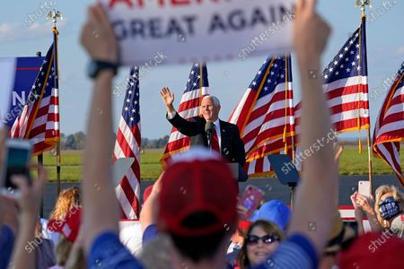 Supporters cheer as Vice President Mike Pence departs a campaign rally at Allegheny County Airport in West Mifflin, Pastockfényképe