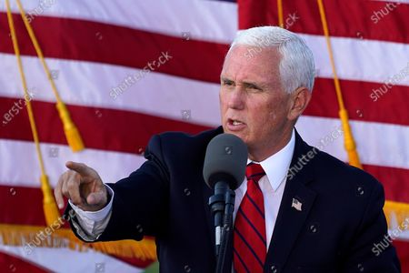 Vice President Mike Pence delivers remarks at a campaign rally at Allegheny County Airport in West Mifflin, Pastockfotója