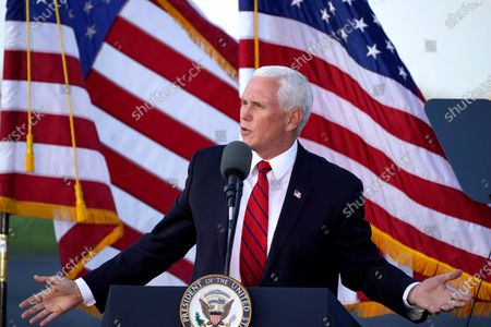 Vice President Mike Pence delivers remarks at a campaign rally at Allegheny County Airport in West Mifflin, Pastockképe